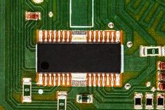 Монтажная плата радиотехнической схемы с компонентами обломока и радио Стоковое фото RF