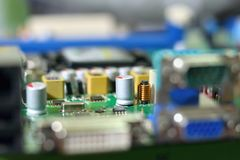 Монтажные платы радиотехнической схемы на зеленой предпосылке с шлицем обломока, селективным фокусом Стоковая Фотография RF