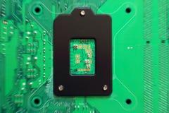 Монтажные платы радиотехнической схемы на зеленой предпосылке, селективном фокусе Стоковые Фото