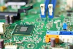 Монтажные платы радиотехнической схемы на зеленой предпосылке, селективном фокусе Стоковая Фотография RF