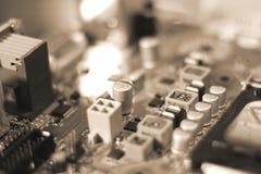 Монтажные платы радиотехнической схемы на коричневой предпосылке с шлицем обломока, селективным фокусом Стоковые Фотографии RF