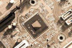 Монтажные платы радиотехнической схемы на коричневой предпосылке, селективном фокусе Стоковые Фото