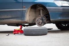 Монтаж ремонта колеса изменения автошины автомобиля Стоковое Изображение