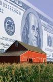 Монтаж фото: Американская валюта, красный амбар и кукурузное поле стоковое изображение rf