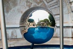 Монте-Карло, Монако - 23-ье сентября 2018: Казино Монте-Карло мира отражения известное в Монако в большом шарике зеркала стоковое фото