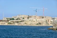 Монументальные здания и современные краны на пляже Стоковая Фотография RF