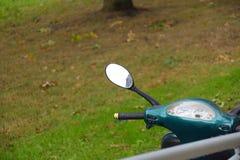 Мопед в парке стоковые изображения rf