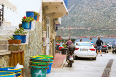 Мопед и Audi A5 припарковали на пляже Бали Mithos, Крите Стоковое Изображение