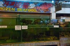 Морепродукты на льде на рыбном базаре Разнообразие зажаренных морепродуктов в рынке Kota Kinabalu Стоковое Фото