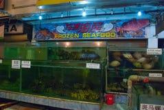 Морепродукты на льде на рыбном базаре Разнообразие зажаренных морепродуктов в рынке Kota Kinabalu Стоковые Фотографии RF