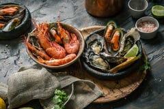Морепродукты Свежие креветки, устрицы, мидии, лангусты, осьминог во льду с лимоном стоковые фотографии rf