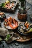 Морепродукты Свежие креветки, устрицы, мидии, лангусты, осьминог во льду с лимоном стоковая фотография rf
