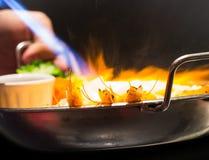 Морепродукты горячего пламени горящие в сковороде Стоковое Фото