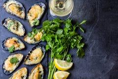 Морепродукты Испеченные мидии с сыром и лимоном в раковинах стоковое изображение rf