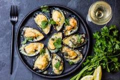 Морепродукты Испеченные мидии с сыром и лимоном в раковинах стоковая фотография