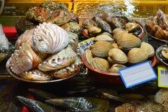 Морепродукты на рыбном базаре в Пусане, Южной Корее Стоковые Изображения