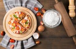 Морепродукты пиццы на деревянной предпосылке Стоковое Изображение RF