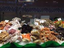 Морепродукты проданные в рынке Стоковое фото RF