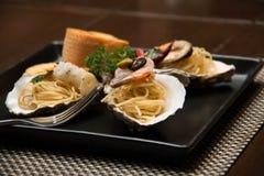 Морепродукты спагетти макаронных изделий очень вкусные в раковине Стоковые Фотографии RF