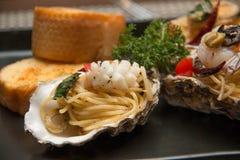 Морепродукты спагетти макаронных изделий очень вкусные в раковине Стоковая Фотография