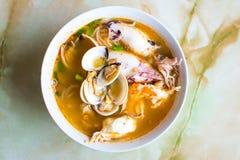 Морепродукты Том Ям, тайский суп в белом шаре Стоковые Фото