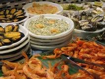 Морепродукты для продажи в рынке San Miguel, Мадриде, Испании Стоковая Фотография