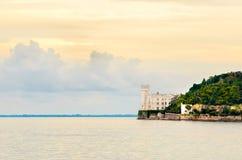 Море ландшафта замка Castello di Miramare Триеста Стоковые Изображения