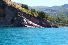 Море бирюзы встречает гору Стоковая Фотография