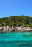 Море бирюзы в Менорке Испании Cala Caldana стоковая фотография