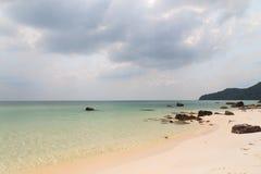 Море бирюзы и утесы, Phu Quoc стоковое изображение rf