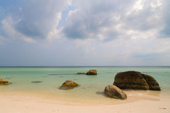 Море бирюзы и утесы, Phu Quoc Vetnam стоковые фотографии rf
