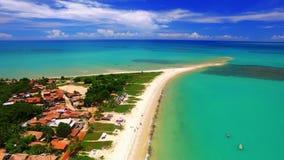 Море вида с воздуха зеленое на бразильском побережье пляжа на солнечный день в Corumbau, Бахи, Бразилии Февраль 2017 видеоматериал