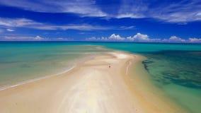 Море вида с воздуха зеленое на бразильском побережье пляжа на солнечный день в Corumbau, Бахи, Бразилии Февраль 2017 сток-видео