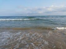 Море, волны, помыло, зашкурит, зашкурит, приставает к берегу, в расстоянии, на горизонте, ветрила, корабль, перемещение, остатки, Стоковое фото RF