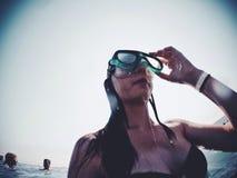 Море воды отключения подныривания перемещения индюка девушки лета Стоковое Фото