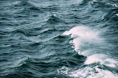 Море Время шторма океанских волн Взгляд сверху стоковое фото rf