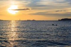 Море в вечере на Таиланде, с сумерк стоковая фотография rf
