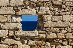 Море в старом окне крепости кирпичной стены Стоковое фото RF