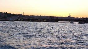 Море города захода солнца корабля сток-видео