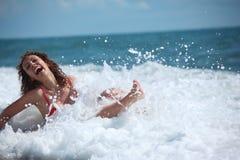 море девушки красотки сидит прибой Стоковое Фото