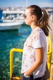 Море девушки наблюдая стоковые фотографии rf