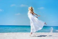 море девушки скача Стоковые Изображения RF