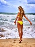 Море девушки лета в желтом купальнике Стоковые Фотографии RF