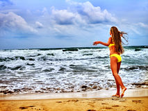 Море девушки лета в желтом купальнике Стоковое Фото