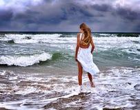 Море девушки лета идет на воду Стоковое фото RF