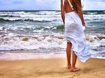Море девушки лета идет на воду Стоковая Фотография