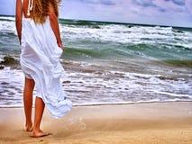 Море девушки лета идет на воду Стоковые Фото