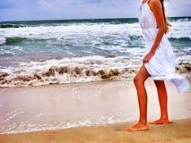 Море девушки лета идет на воду Стоковые Фотографии RF