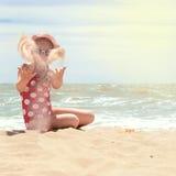 море девушки пляжа счастливое Стоковая Фотография