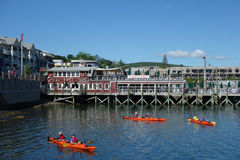 Море езды туристов сплавляться в гавани бара, Мейне Стоковые Изображения